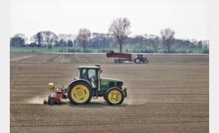 Dieven stelen schermen uit tractoren