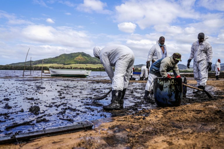 Lekkend olieschip voor kust Mauritius dreigt in tweeën te breken