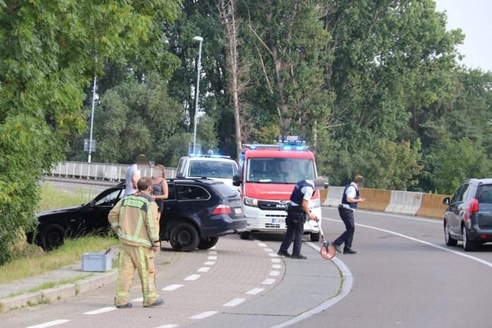 Twee wagens botsen op brug in Veerstraat