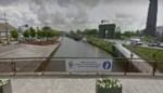 """Politie geeft jongeren die van brug in IJzer springen waarschuwing: """"Gevaarlijk en verboden"""""""