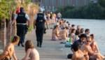"""Politie heeft handen vol met zwemverbod in Houtdok: """"Ze spelen met onze voeten"""""""