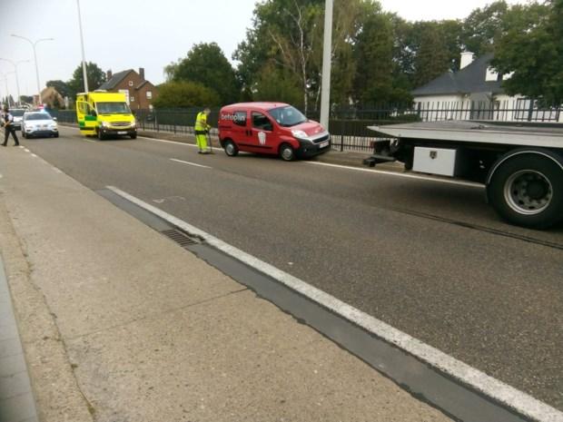 Automobilist rijdt tegen hek van middenberm Rijksweg in Maasmechelen