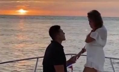 Man vraagt vriendin ten huwelijk op boot, maar het gaat mis wanneer hij de ring wil geven