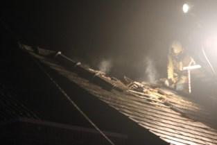 Bliksem slaat in op dak van woning