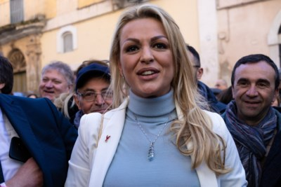 Kritiek op Berlusconi's ex om lesbische relatie