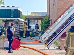 """Uitslaande brand vernielt tuinhuis en carport: """"Woning konden we gelukkig vrijwaren"""""""
