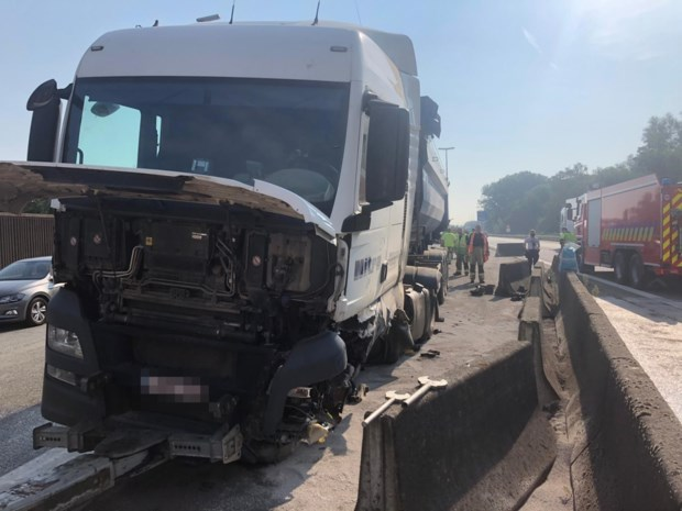 Trucker belandt na klapband tegen middenberm E34
