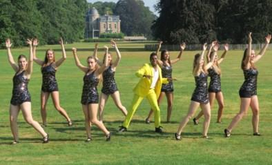Dansgroep Pivolté neemt clip op in park met acteur 'Buurtpolitie' onder toeziend oog van corona-ambtenaren
