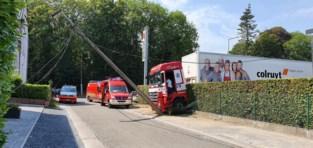 Oeps, dit is niet de uitgang: vrachtwagen ramt paal