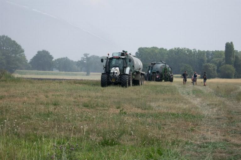 Grasland achter landbouwwoning vat vuur