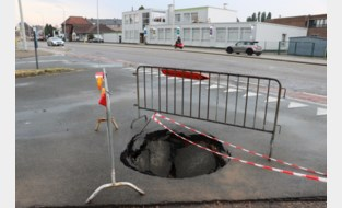 Kruispunt Rijksweg-Kersenweg deels afgesloten door wegverzakking
