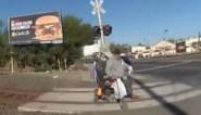 Politieagent redt man in rolstoel op het nippertje van aanstormende trein