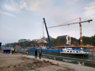 Nieuwe voetgangersbrug arriveert per boot in hoofdstad