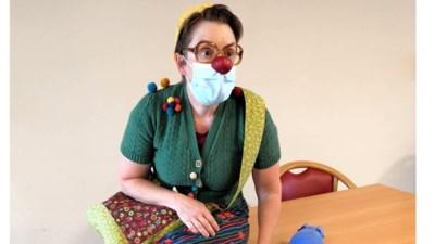 """Clown Moesjke brengt met humor de broodnodige afleiding in eenzame tijden van corona: """"Vooral voor mensen met dementie is dit allemaal moeilijk te vatten"""""""