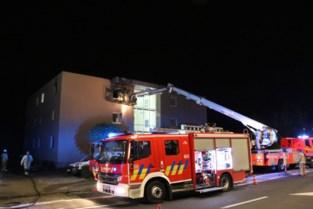 Brand maakt appartement onbewoonbaar: twee mensen naar het ziekenhuis