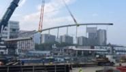 Nieuwe voetgangersbrug over Brussels kanaal met boot aangevoerd