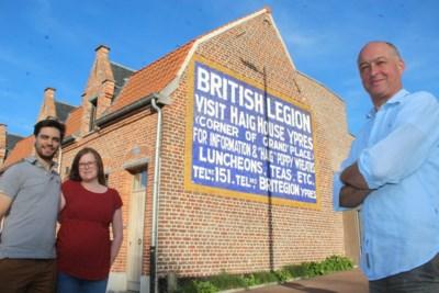 """Britse advertentie uit interbellum op gevel herontdekt tijdens renovatie: """"Makkelijk om ons adres uit te leggen aan pizzakoerier"""""""