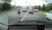 Niet goed kijken bij het oversteken? Het wordt deze vrouw bijna fataal