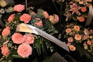 Rouwboeketten liggen klaar voor begrafenis Ilse Uyttersprot