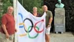 Schutters hijsen olympische vlag bij borstbeeld Van Innis