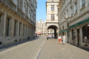 Deze oud-burgemeester redde het historische hart van Brussel van de sloophamer, als beloning werd het kleinste straatje van de stad naar hem vernoemd
