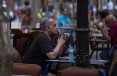 """Spanje viseert nu rokers in strijd tegen corona, maar Belgische virologen vinden dat niet zinvol: """"Opletten met reflex om regels te blijven uitvinden"""""""