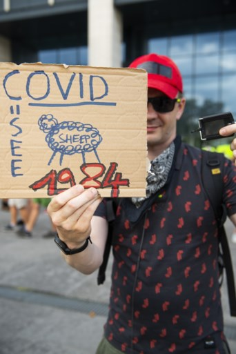 Een ontslagbrief voor Marc Van Ranst en ironische mondmaskers: betogers eisen einde van coronamaatregelen in Brussel
