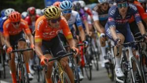 """Greg Van Avermaet valt zonder erg, Philippe Gilbert spreekt van """"alle slechte wegen van Wallonië in één rit"""""""