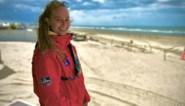 """Redster Delphine staat in de drukste zone op het strand: """"Ik gebruik mijn toeter om mensen op afstand te houden"""""""