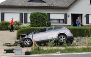 Auto crasht tegen duiker