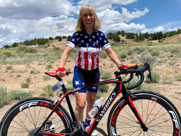 Ze reed een wereldrecord uit de boeken, maar 80-jarige (!) wielrenster heeft nu een dopingschorsing aan haar broek