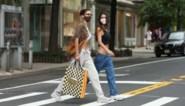 Te lange broek? Daar heeft topmodel Bella Hadid een oplossing voor