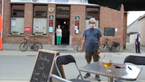 Voor het eerst in zijn geschiedenis heeft café De Reisduif een terras en dat dankzij de coronacrisis