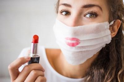 Lippenstift verliest zijn glans door corona: zo draag je het toch onder een masker