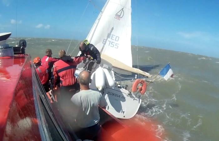 Drie zeilers van zinkende boot geplukt op 16 km voor kust van Zeebrugge