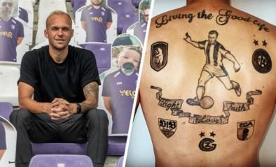 """Raphaël Holzhauser (Beerschot) blinkt met een jaar vertraging uit in 1A: """"Ik heb de logo's van alle clubs waar ik gespeeld heb op mijn rug laten tatoeëren. Er is nog plaats, ja"""""""
