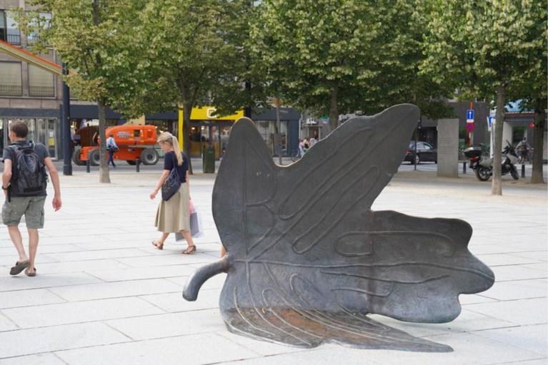 Na de aanrijding te veel: bronzen blad op de Kouter weggehaald voor herstelling