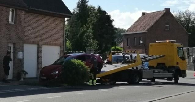 Auto tegen gevel na ongeval met blikschade
