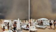 Strandgangers moeten rennen voor hun leven wanneer parasols en stoelen door de lucht vliegen door plotse tornado