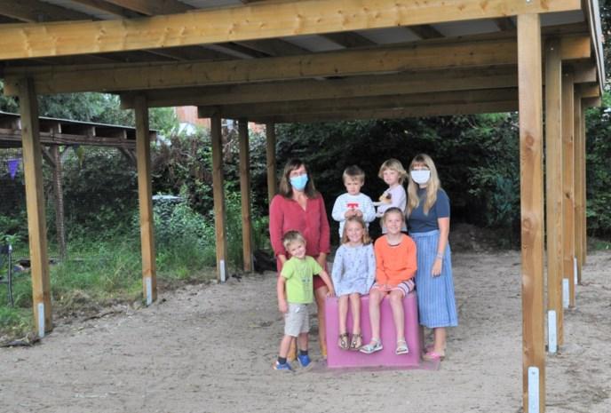 Leerkrachten en ouders bouwen buitenklas in leefschool 't Veertje