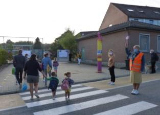 Kleuters nemen afscheid aan de schoolpoort