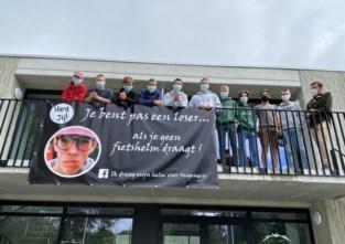"""Vrienden verongelukte Gijs (16) starten campagne: """"Je bent een loser als je geen fietshelm draagt"""""""