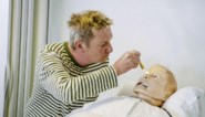 """Hij kan niet tegen bloed, maar in 'Een echte job' ontpopt Bart Kaëll zich tot verpleger: """"De patiënten waren er niet meteen gerust in"""""""