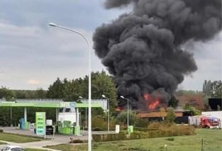 Brand in leegstaande hangar snel onder controle, mogelijk asbest vrijgekomen