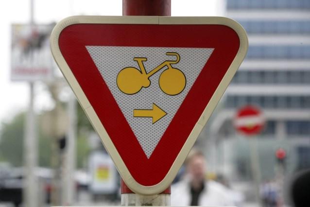 Met deze borden kun je bij rood licht toch nog rechtdoor fietsen en/of rechts afslaan