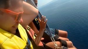 Toeristen duiken halsoverkop in zee wanneer kabel van parasail het begeeft