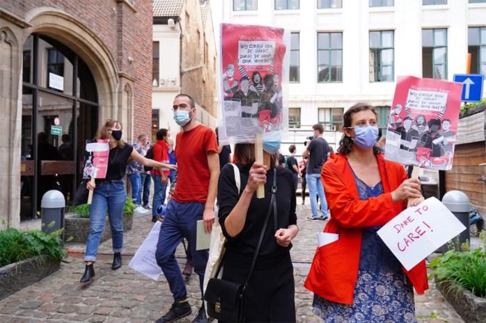 Vijftigtal betogers voor meer loon poetspersoneel UGent