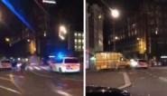 Man rijdt in op politie in centrum Amsterdam