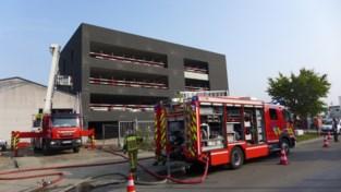 Isolatie in bedrijfsgebouw in aanbouw vat vuur