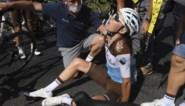 """Onfortuinlijke Romain Bardet geeft op in Tour de France met hersenschudding na helse lijdensweg: """"Ik heb de hele dag geworsteld"""""""
